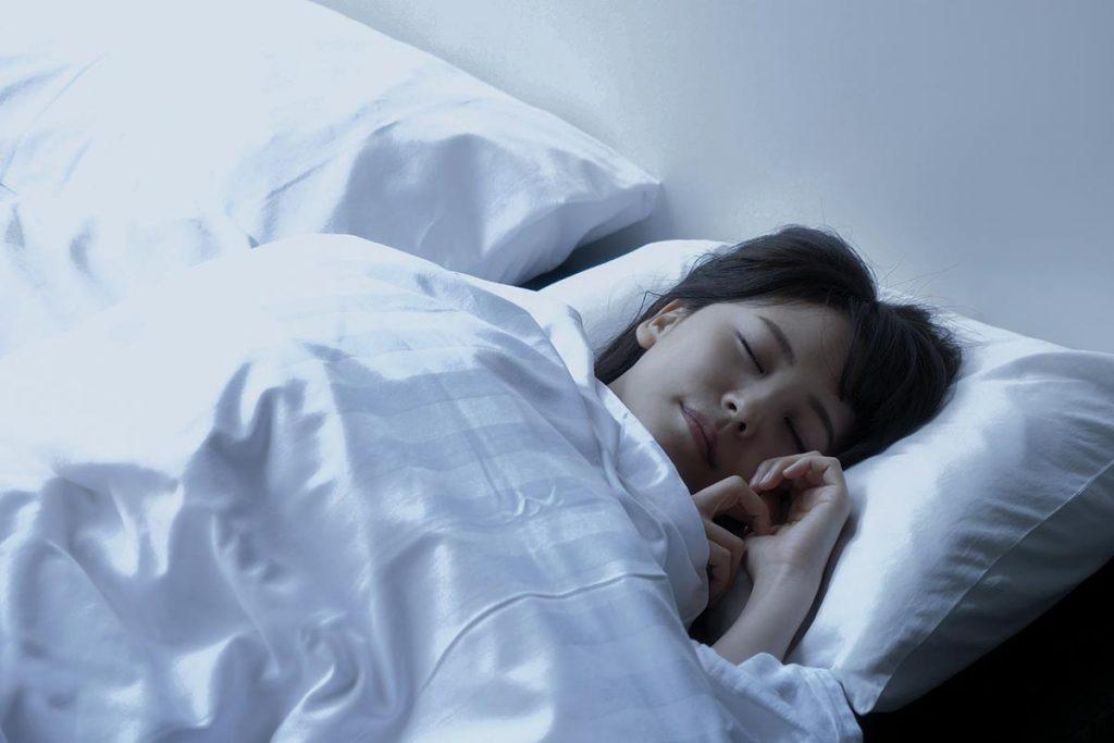 寒さで寝起きがツライ…スッキリ目覚める方法は?